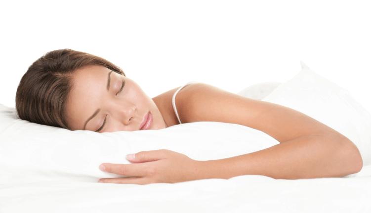 気持ちよく横向きで寝る女性