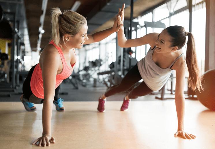 ジムで運動する女性