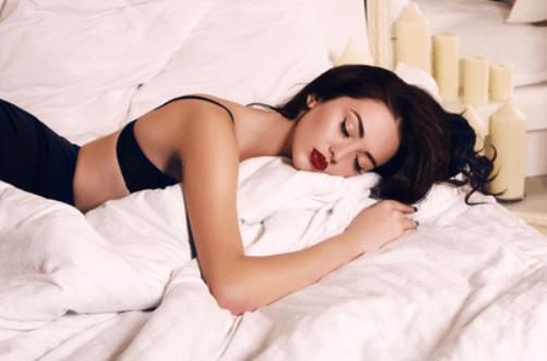 すやすや寝る女性