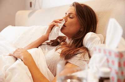 風邪にかかった女性