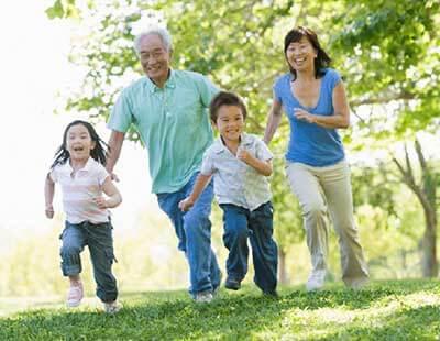 孫と走るおじいちゃん