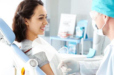 口臭が気になり歯科に受診する女性