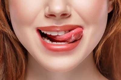 唇をなめる女性