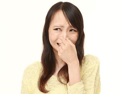臭い臭いと鼻をつまむ女