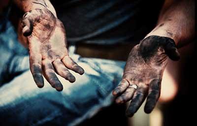 油で汚れた手