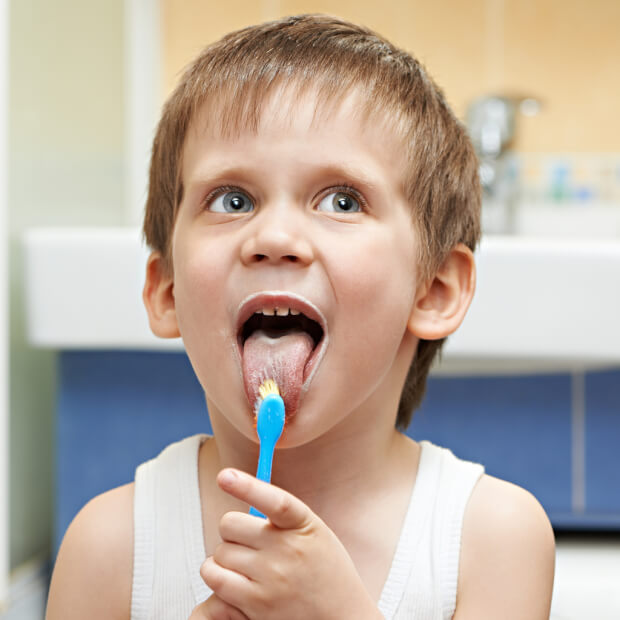 舌磨きする男の子