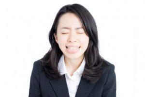 舌を出す若い女性