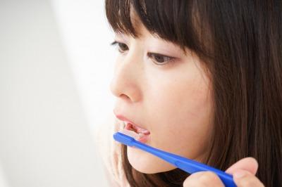 歯磨きをしても口臭が治らない女性