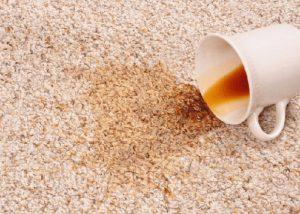 じゅうたんにコーヒーをこぼす